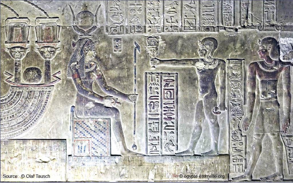 95c4bae29438a6 L instrument de musique est devenu un substrat cosmique répondant à  l épithète à caractère solaire, «œil et fille du soleil », que porte Hathor.